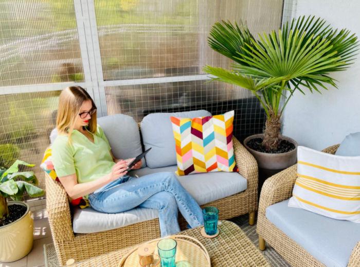 Palma mrozoodporna szorstkowiec w donicy na balkonie